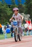 KAZAKHSTAN, ALMATY - 11 JUIN 2017 : Les concours de recyclage du ` s d'enfants voyagent de kids Les enfants âgés 2 à 7 ans concur photographie stock libre de droits
