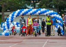 KAZAKHSTAN, ALMATY - 11 JUIN 2017 : Les concours de recyclage du ` s d'enfants voyagent de kids Les enfants âgés 2 à 7 ans concur Photo libre de droits