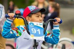 KAZAKHSTAN, ALMATY - 11 JUIN 2017 : Les concours de recyclage du ` s d'enfants voyagent de kids Les enfants âgés 2 à 7 ans concur Photographie stock