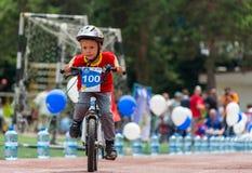 KAZAKHSTAN, ALMATY - 11 JUIN 2017 : Les concours de recyclage du ` s d'enfants voyagent de kids Les enfants âgés 2 à 7 ans concur Image stock