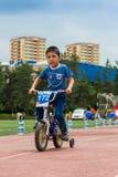 KAZAKHSTAN, ALMATY - 11 JUIN 2017 : Les concours de recyclage du ` s d'enfants voyagent de kids Les enfants âgés 2 à 7 ans concur Photos stock
