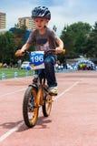 KAZAKHSTAN, ALMATY - 11 JUIN 2017 : Les concours de recyclage du ` s d'enfants voyagent de kids Les enfants âgés 2 à 7 ans concur Photo stock