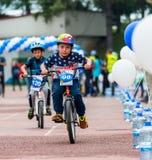KAZAKHSTAN, ALMATY - 11 JUIN 2017 : Les concours de recyclage du ` s d'enfants voyagent de kids Les enfants âgés 2 à 7 ans concur Image libre de droits
