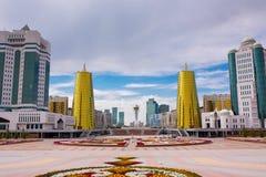kazakhstan astana 25-ое августа 2015 селитебное зданий самомоднейшее сталь деловых центров зданий стеклянная самомоднейшая Памятн Стоковое Изображение RF