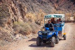 Kazakhstan - 11 avril 2015 : Taxi d'Eco avec des personnes à la vallée Photo libre de droits
