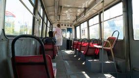kazakhstan Die Stadt von Temirtau Alte Tram im Innenraum Außerhalb des Tramfensters können Sie die Embleme von Arcelor sehen Lizenzfreies Stockbild