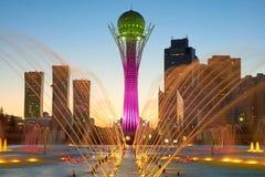 kazakhstan för astana avenyhuvudcentral cityscape sommar 2010 Färgrika springbrunnar arkivbild