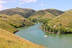 Kazakhstan, le fleuve Irtych, paysage de montagne Photographie stock libre de droits