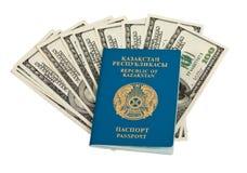 Kazakhstan-Paß und Geld Stockfotos
