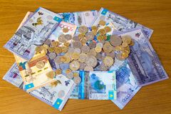 Kazakhstanitenge bankbiljetten en muntstukken Royalty-vrije Stock Afbeeldingen