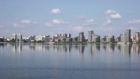 Kazan é uma cidade grande em Rússia O vídeo mostra um panorama bonito da cidade e do rio de Kazanka filme