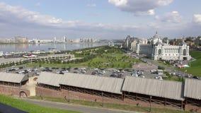 Kazan é uma cidade grande em Rússia O vídeo mostra um panorama bonito da cidade e do rio de Kazanka video estoque