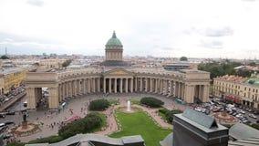 Kazan καθεδρικός ναός στην Άγιος-Πετρούπολη από το ύψος του μετώπου, πυροβολισμός από τη στέγη του αντίθετου κτηρίου απόθεμα βίντεο