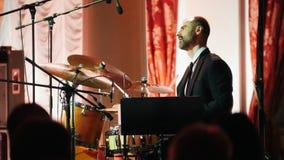 kazan Ρωσία 30-03-2019: Ένα παιχνίδι ατόμων παίζει τύμπανο στη συναυλία τζαζ απόθεμα βίντεο
