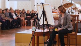kazan Ρωσία 30-03-2019: Μια γυναίκα σύρει την ομάδα τζαζ χρησιμοποιώντας τα χρώματα watercolor φιλμ μικρού μήκους