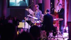 kazan Ρωσία 30-03-2019: Μια συναυλία τζαζ Τραγουδιστής γυναικών αφροαμερικάνων στο στάδιο με το υπόλοιπο της ζώνης μπακαράδων φιλμ μικρού μήκους