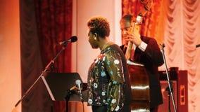 kazan Ρωσία 30-03-2019: Μια συναυλία τζαζ Τραγούδι γυναικών αφροαμερικάνων στο στάδιο με το μικρόφωνο φιλμ μικρού μήκους