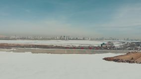 kazan Ρωσία 16-03-2019: Πανοραμική άποψη του κέντρου Kazan Ένα τραίνο που οδηγά στο σιδηρόδρομο χειμώνας εποχής τοπίων ωρών απόθεμα βίντεο
