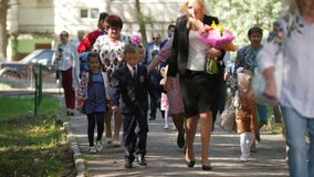 Kazan, Ρωσία, την 1η Σεπτεμβρίου 2017: Αγόρια και κορίτσια και αυτοί γονείς - παιδιά με την ημέρα λουλουδιών καταρχάς του σχολείο απόθεμα βίντεο
