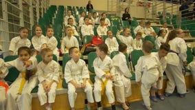 KAZAN, ΡΩΣΙΑ - 7 ΑΠΡΙΛΊΟΥ 2018: , Παιδιά στο κιμονό στο όλος-ρωσικό karate φλυτζάνι φραγμών πρωταθλημάτων AK φιλμ μικρού μήκους