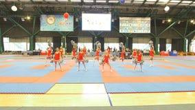 KAZAN, ΡΩΣΙΑ - 7 ΑΠΡΙΛΊΟΥ 2018: χορεύοντας μαζορέτες κοριτσιών στο karate tornament απόθεμα βίντεο