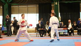 KAZAN, ΡΩΣΙΑ - 7 ΑΠΡΙΛΊΟΥ 2018: , karate μονομαχίας πάλης δύο εφήβων στα όλος-ρωσικά karate πρωταθλήματα απόθεμα βίντεο