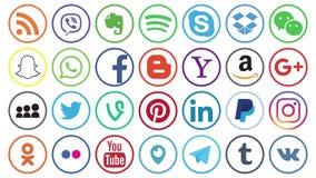 KAZAN, ΡΩΣΙΑ - 27 Ιανουαρίου 2018: κύβοι εγγράφου λαβής χεριών ατόμων με τα δημοφιλή κοινωνικά λογότυπα μέσων διανυσματική απεικόνιση