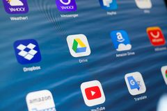 KAZAN, ΡΩΣΙΑ - 3 ΙΟΥΛΊΟΥ 2018: Apple iPad με τα εικονίδια των κοινωνικών μέσων Drive Google στο κέντρο στοκ εικόνα
