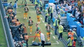 Kazan, ΡΩΣΙΑ - 16 Ιουνίου 2018: Οι φορείς τεντώνουν επάνω κοντά στον τομέα Παγκόσμιο Κύπελλο 2018 της FIFA απόθεμα βίντεο
