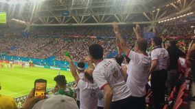 KAZAN, ΡΩΣΙΑ - 20 Ιουνίου 2018: Παγκόσμιο Κύπελλο 2018 της FIFA - Kazan στάδιο χώρων - αντιστοιχία Ιράν-Ισπανία - θεατές που προσ απόθεμα βίντεο