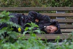 KAZAN, ΡΩΣΙΑ - 9 ΣΕΠΤΕΜΒΡΊΟΥ 2017: το άστεγο οινοπνευματώδες άτομο επαιτών κοιμάται στον πάγκο στο πάρκο στοκ φωτογραφία με δικαίωμα ελεύθερης χρήσης