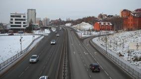 KAZAN, ΡΩΣΙΑ, ΣΤΙΣ 2 ΔΕΚΕΜΒΡΊΟΥ 2016: κυκλοφορία πόλεων στη μεγαλύτερη πόλη της Ρωσίας Σπίτι Kazanis σε έναν πληθυσμό περίπου 1 4 απόθεμα βίντεο