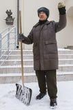 KAZAN, ΡΩΣΙΑ, ΣΤΙΣ 10 ΦΕΒΡΟΥΑΡΊΟΥ 2017 Janitor στη ρωσική οδό χειμερινού χιονιού λέει την ιστορία για πολιτικό και το μισθό πλησί Στοκ εικόνες με δικαίωμα ελεύθερης χρήσης
