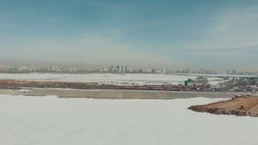 kazan Россия 16-03-2019: Панорамный вид центра Казани Катание поезда на железной дороге ландшафта часы зимы сезона сток-видео