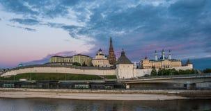Kazan het Kremlin en de Moskee van Kul Shariff, zonsondergangtijd met moonrise, mooie Kazan cityscape, Kazan, Tatarstan, Rusland stock videobeelden