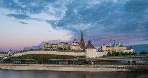 Kazan het Kremlin en de Moskee van Kul Shariff, zonsondergangtijd met moonrise, mooie Kazan cityscape, Kazan, Tatarstan, Rusland stock footage