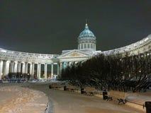 Kazan katedra iluminująca otaczającą śniegiem w Świątobliwym Petersburg, Rosja Nocy zimy widok obrazy stock