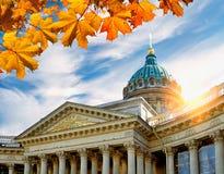 Kazan katedra obramiająca jesień liśćmi w St Petersburg, Rosja przy zmierzchem Zdjęcie Royalty Free