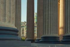 Kazan Katedralna kolumnada i Zinger dom między kolumnami w St Petersburg, Rosja obrazy stock