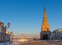 kazan kremlin Падая башня на сбросе против неба городского пейзажа Стоковое Фото