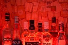 Kazan, Rússia 25 02 2017: As garrafas da abundância do álcool bebem em seguido Foto de Stock