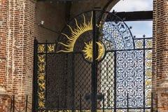 Kazan, Rússia - 9 de agosto de 2018: Sun e decorações da lua na porta da torre de Soyembika, ou a mesquita de Khan no Kremlin de  fotografia de stock royalty free