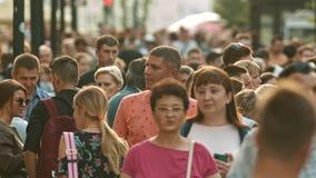 Kazan, Rússia - 14 de julho de 2019: Multidão de povos que andam nas ruas vídeos de arquivo