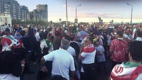 Kazan, Rússia - 20 de junho de 2018: Campeonato do mundo 2018 do Fifa - a multidão de fãs de Irã comemora antes da competição IRA video estoque