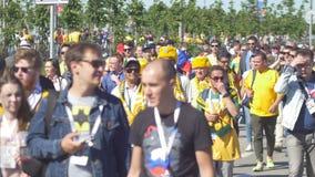 KAZAN, RÚSSIA - 16 de junho de 2018: Campeonato do mundo 2018 de FIFA - os fãs dos países diferentes têm o fã após o fósforo Fran filme