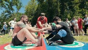 KAZAN, RÚSSIA - 23 DE JUNHO DE 2018: Festival Tatar tradicional Sabantuy - homens musculares fortes na batalha de puxar a vara filme