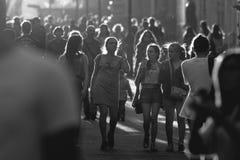 KAZAN, RÚSSIA - 21 DE JUNHO DE 2018: Multidão preto e branco de povos que andam abaixo da rua pedestre principal Bauman Fotos de Stock Royalty Free