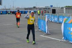 KAZAN, RÚSSIA - 15 DE MAIO DE 2016: corredores de maratona no meta após 42 0,85 quilômetros Fotos de Stock Royalty Free