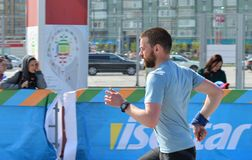 KAZAN, RÚSSIA - 15 DE MAIO DE 2016: corredores de maratona no meta após 42 0,85 quilômetros Foto de Stock