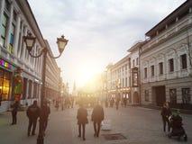 Kazan, Rússia - em maio de 2018: Turistas e locals que andam na rua pedestre de Bauman fotos de stock royalty free
